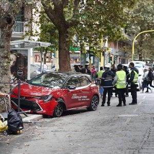 Roma, perde controllo dell'auto e investe mamma e bambine alla fermata dei bus