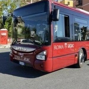 Roma, urta motociclista e scappa: denunciata un'autista Atac