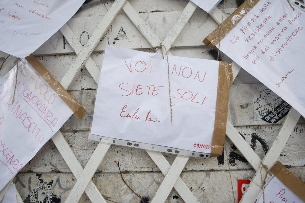 Centocelle, tanti messaggi di solidarietà sulle serrande dei negozi incendiati