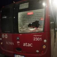 Vandali contro un bus: spaccato un vetro con i sassi