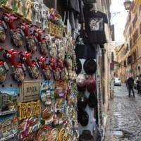 Roma, souvenir e minimarket: la beffa dei divieti inutili