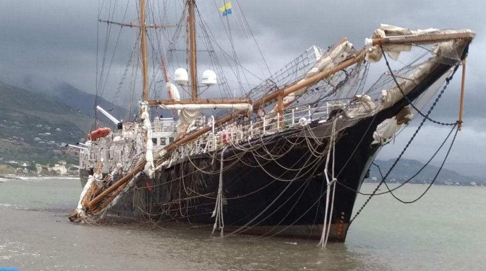 """Maltempo, """"La signora del vento"""" distrutta dalla mareggiata a Gaeta"""