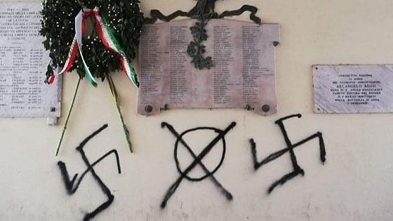 """Svastiche sotto lapide in memoria caduti a Genzano. Anpi: """"Sconcerto e sdegno"""""""