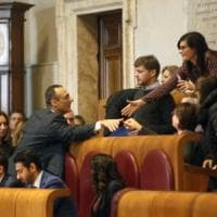 Campidoglio, Marcello De Vito torna in aula e si siede nello scranno da presidente.