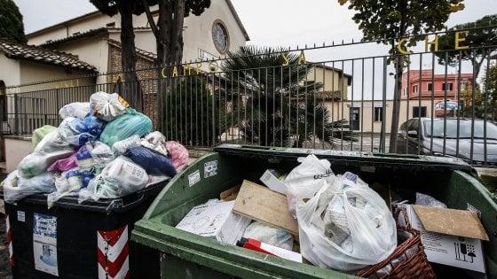 Rifiuti, nuova emergenza a Roma.  E Ama si scusa