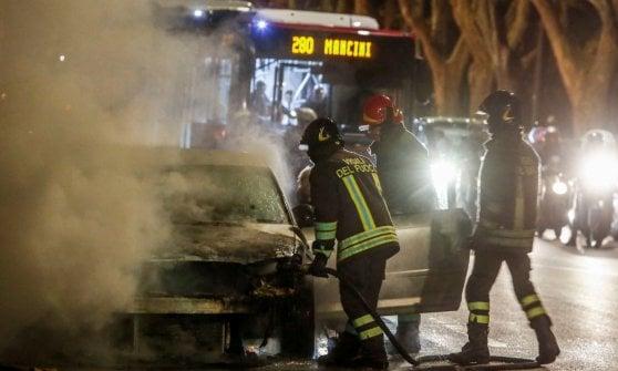 Roma, auto avvolta dalle fiamme sul Lungotevere dei Tebaldi