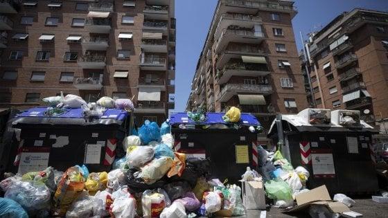 """Emergenza rifiuti a Roma, ultimatum della Regione a Raggi: """"Basta inerzia o commissariamento"""""""