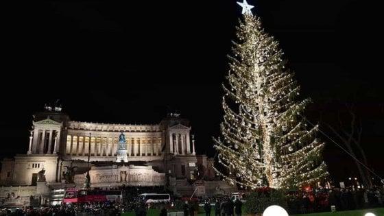 Albero Di Natale Roma 2020.Roma Torna Spelacchio In Piazza Venezia Sara Un Abete Di 22 Metri 80mila Luci Led 1000 Addobbi La Repubblica