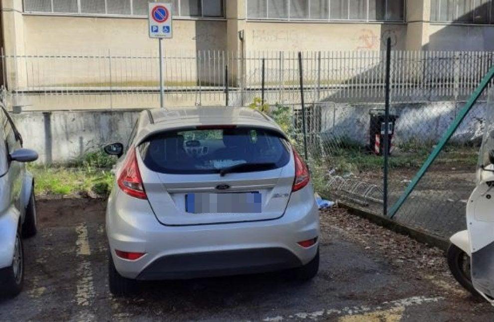 Roma, il minisindaco parcheggia nel posto per disabili