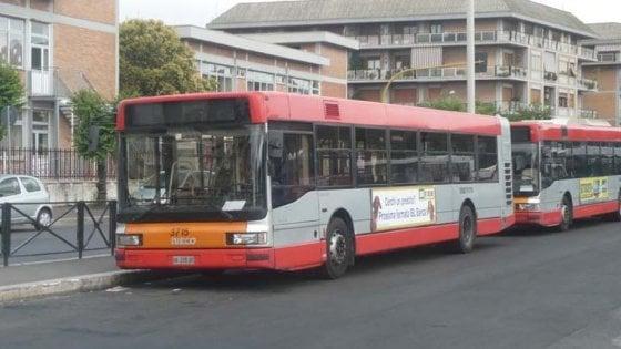 Roma, sveglia ragazzo che dorme su bus, autista preso a pugni in faccia