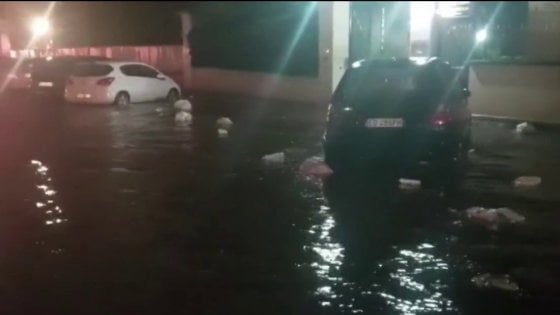 Roma sott'acqua con i rifiuti che galleggiano, riaperta stamani la Tangenziale chiusa per allagamento