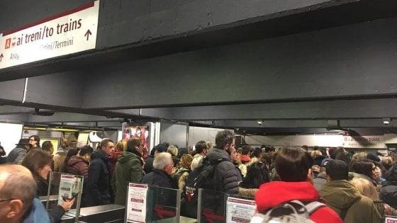 Metro A, scale mobili rotte: stazione San Giovanni è un ingorgo di passeggeri