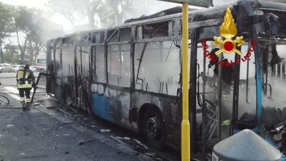 Roma, ancora un bus Atac in fiamme. Salvi autista e passeggero