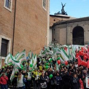 """Roma, lavoratori delle mense protestano al Campidoglio: """"A rischio 330 posti"""". Disservizi nelle scuole"""