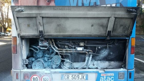 Roma, ancora fiamme su un bus: incendio spento dall'autista
