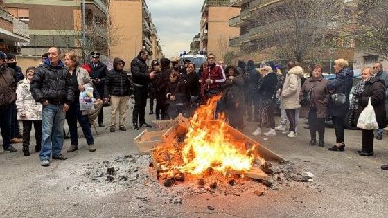 Roma, riscaldamenti spenti nelle case popolari, abitanti danno fuoco ai cassonetti