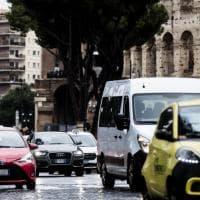 """Maltempo a Roma, ombrelli aperti e pozzanghere per la """"tempesta di Santa Lucia'"""