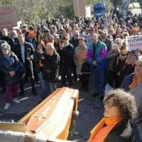 Rifiuti Roma, protesta a Falcognana contro la discarica: c'è anche Brunetta