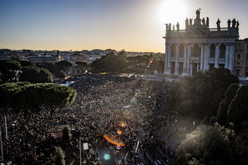 Roma, migliaia di sardine a  San Giovanni: la piazza vista dall'alto