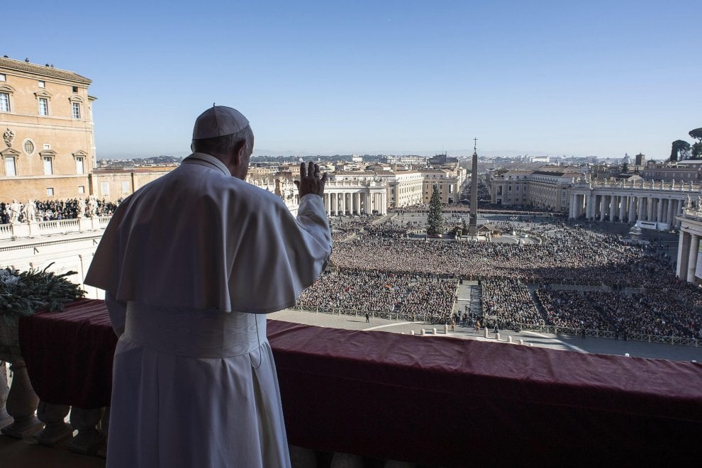Natale 2019, migliaia di fedeli in piazza San Pietro per la tradizionale benedizione 'urbi et orbi'