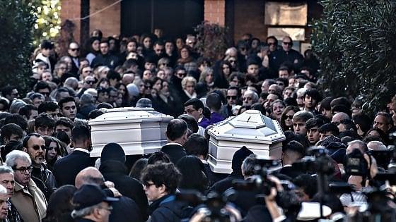 """Ragazze investite a Roma, i funerali nella chiesa gremita. Il parroco: """"Il senso della vita non è bere e fumarsela"""""""