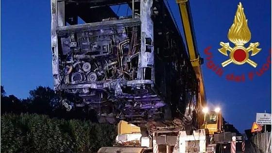 Roma, in fiamme un altro bus nella notte: nessun ferito. Era in servizio da 17 anni