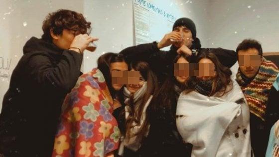 Scuola, 10 gradi in aula con la caldaia rotta: gli studenti si presentano con le coperte