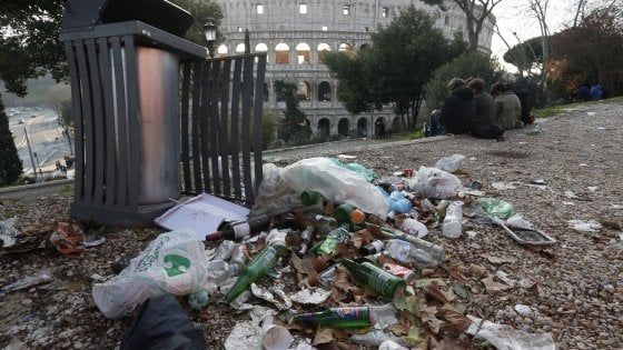Roma, Colle Oppio: degrado con vista Colosseo