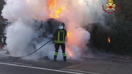 Roma, spazzatrice Ama prende fuoco sulla Cassia
