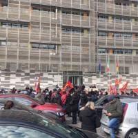 """Roma, """"case popolari al freddo"""": la protesta davanti al Dipartimento delle politiche abitative al Comune"""
