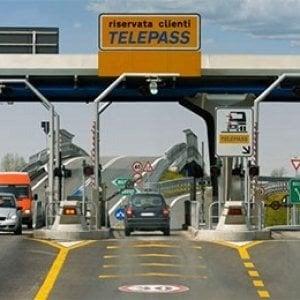 Gaeta, si accoda a auto con Telepass per non pagare l'autostrada: truffa da 10mila euro. Denunciato