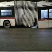 Roma, si squarcia un filobus dell'Atac: nessun ferito