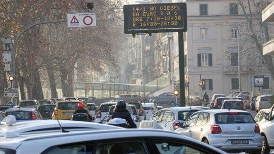 """Smog e divieti di circolazione, stop diesel anche oggi. Raggi tira dritto: """"Polemiche? Per noi conta tutela salute"""""""