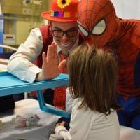 Acrobati e giocolieri: il circo arriva in ospedale al Bambino Gesù di Roma