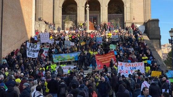 """Rifiuti Roma, protesta in Campidoglio contro la discarica a Monte Carnevale: """"Vergogna"""""""