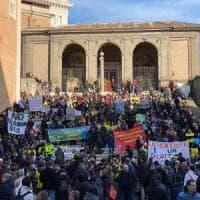 Rifiuti Roma, protesta in Campidoglio contro la discarica a Monte Carnevale: