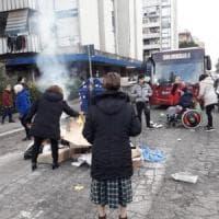 Roma, termosifoni spenti: a Casal Bruciato residenti accendono fuoco in