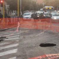 Roma, voragine si apre ai Colli Portuensi: strada chiusa per ore, traffico