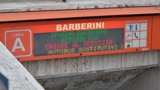 Trasporti Roma, la metro Barberini non riapre: scala mobile non supera il collaudo