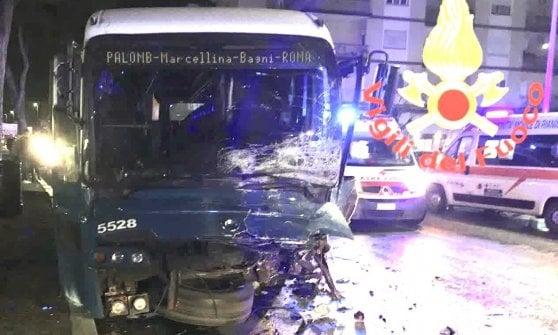 Tivoli, due ragazzi morti nello scontro tra auto e un bus Cotral