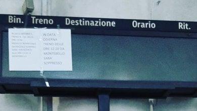 Roma Nord, per i pendolari avvisi per treni soppressi o in ritardo su fogli con lo scotch