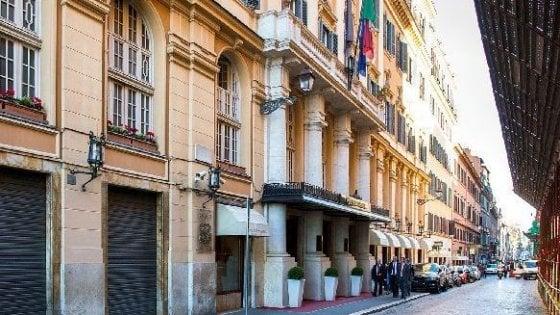 Via Sistina, paura in albergo: aggredisce e tenta di rubare pistola a un carabiniere. Arrestato