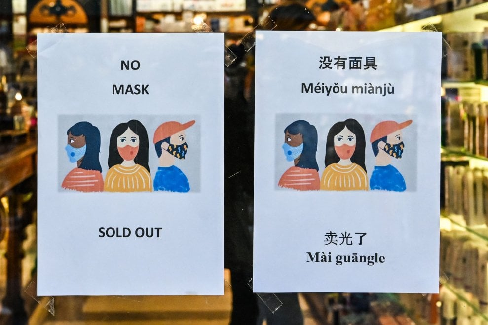 """""""No Masks"""", """"Méiyou miànjù"""". Mascherine esaurite per il coronavirus, a Roma cartelli in inglese e cinese"""