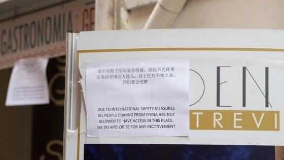 """Coronavirus, """"Non entrate"""": il cartello in cinese in bar a Fontana di Trevi. Palumbo: """"Ignobile"""""""