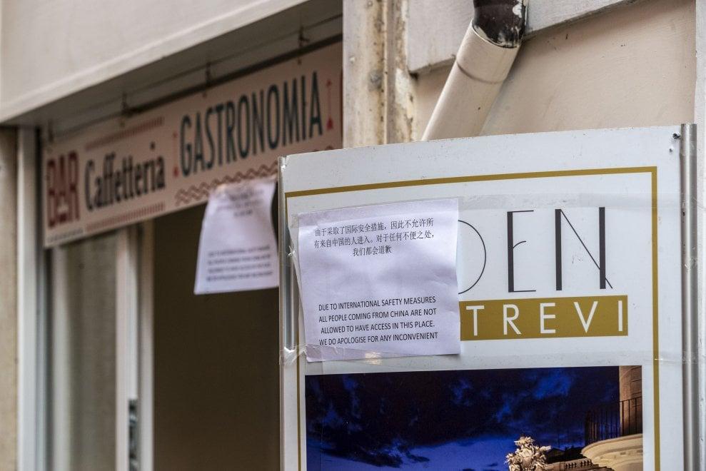"""Coronavirus, spunta cartello in cinese nel bar a Fontana di Trevi """"Non entrate"""""""