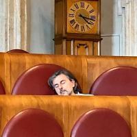 Campidoglio, Bordoni pubblica la foto dell'assessore Calabrese addormentato in Aula. Il Comune: