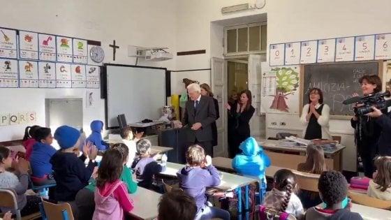 """Visita a sorpresa del presidente Mattarella in una scuola di Roma. La preside: """"Siamo una scuola simbolo di convivenza"""""""