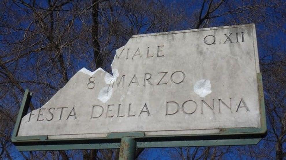 """Roma, danneggiata la targa di Viale 8 marzo. """"Presa a sassate"""""""