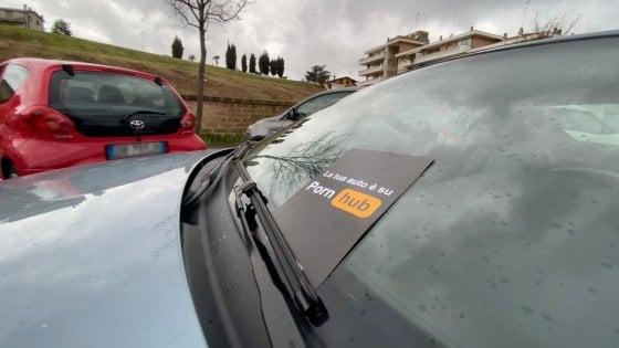 Roma, il parcheggio selvaggio diventa 'porno': la provocazione degli studenti creativi