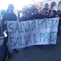 Ostia, comitati in piazza: